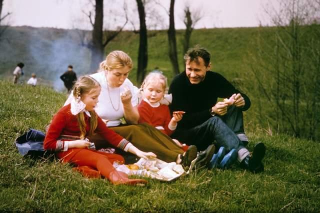 Василий Шукшин с женой актрисой Лидией Федосеевой и дочерьми Машей (слева) и Олей на пикнике во время загородной прогулки.