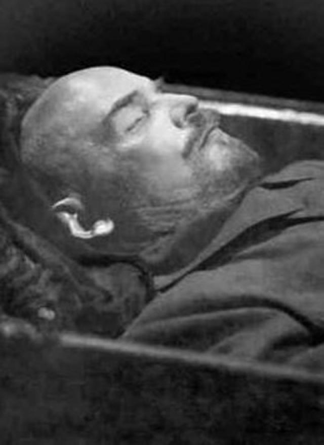Дискуссии о необходимости мумификации продолжились и после официального решения Политбюро - Леонид Красин предложил сохранять тело Ленина в замороженном виде специальными криогенными установками, которые и были заказаны в Германии.
