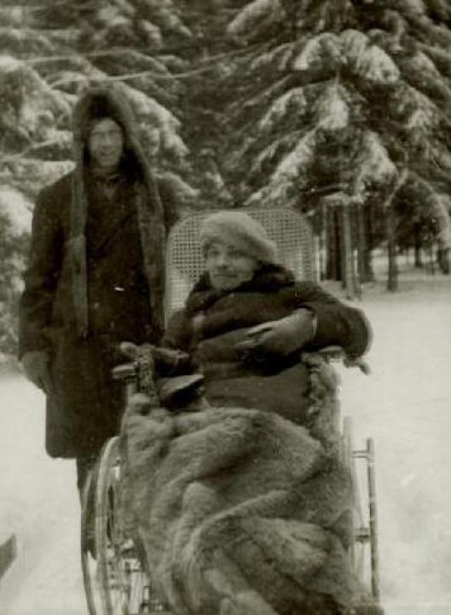 В январе 1924 года в состоянии здоровья Ленина внезапно наступило резкое ухудшение. 21 января 1924 года он скончался. Официальное заключение о причине смерти в протоколе вскрытия тела гласило: Основой болезни умершего является распространённый атеросклероз сосудов на почве преждевременного их изнашивания.