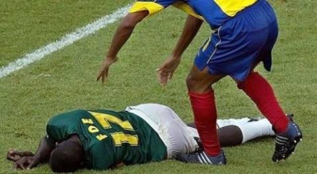 На 72-й минуте полуфинальной встречи, в которой его сборная Камеруна встречалась с Колумбией, игрок неожиданно упал на газон. Врачи 28-летнему футболисту помочь не смогли.