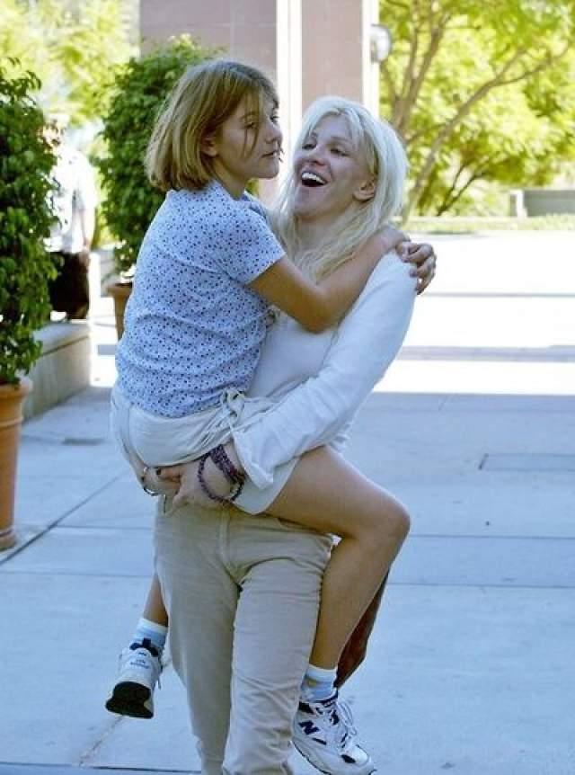 Кортни Лав. Рокерша лишалась родительских прав на дочь Френсис Бин Кобейн аж несколько раз. Впервые, в 2003 году, у Кортни была передозировка болеутоляющими таблетками, после которой она лишилась родительских прав на два года.