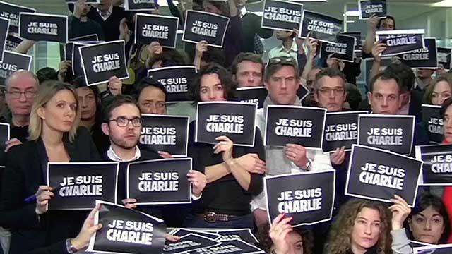 """""""Мы все Шарли"""" - такой лозунг писали на майках и аккаунтах в соцсетях сочувствовавшие карикатуристам французского журнала."""