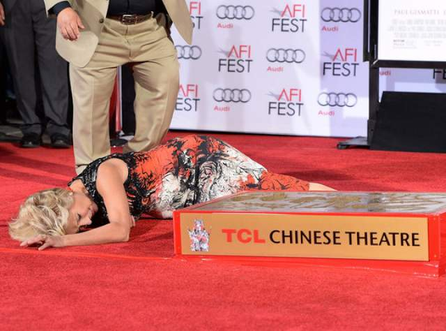 Немного полежав на красной дорожке и уняв смех, актриса пришла в себя и встала.