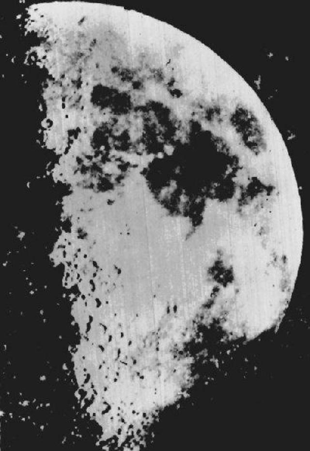 Первая астрономическая фотография. 2 января 1839 года Луи Дагер сделал первое фото Луны.