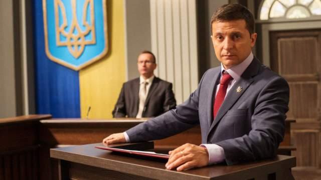 """После выхода юмористического сериала """"Слуга народа"""" и соответствующего фильма, в конце 2016 года начались разговоры о том, что Зеленский может быть кандидатом на пост президента Украины."""