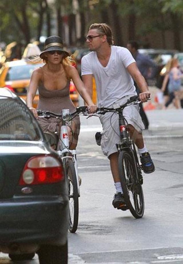 Летом 2011 года разыгрался их страстный роман. Они проводили вместе уикэнды, катались на велосипедах, дарили друг другу подарки. Но не сложилось. Лайвли буквально через неделю после разрыва с Ди Каприо переехала жить к актеру Райану Рейнольдсу и впоследствии стала его супругой.