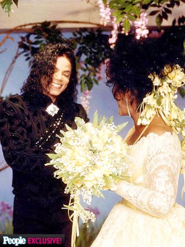 К алтарю Элизабет вел также сам Джексон, который переживал тяжелый период в жизни.