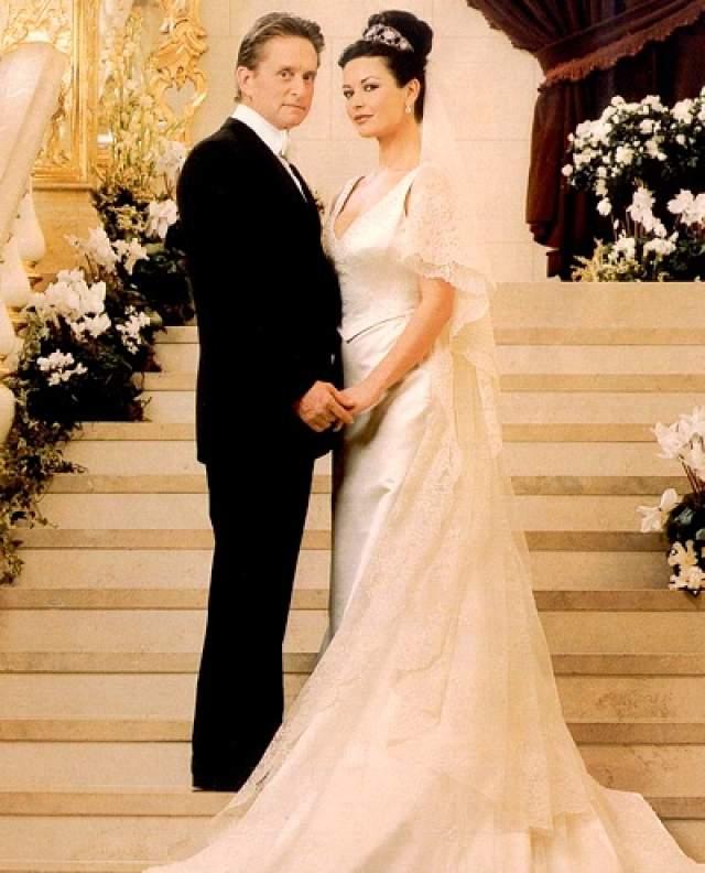 Торжество посетили Джек Николсон, Мег Райан, Голди Хоун и другие звезды первой величины, поэтому на обслуживании гостей в роскошном The Plaza Hotel в Нью-Йорке пара тоже не экономила.