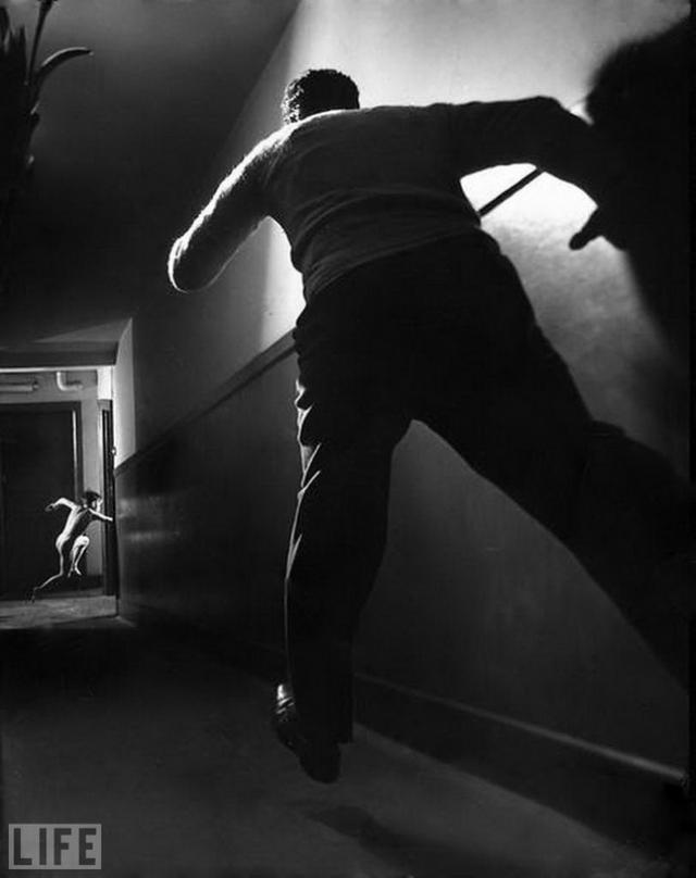 Побег мальчика (A Boy's Escape, Ralph Crane, 1947). Постановочный снимок, изображающий побег мальчика из детского дома.