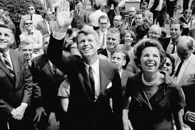 Роберт Кеннеди Роберт Кеннеди вел предвыборную компанию ссередины марта 1968 года. Он был самым вероятным кандидатом впрезиденты США. На протяжении весны 1968 года Кеннеди одерживал победы на праймериз Демократической партии.