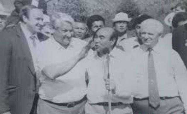 Любовь Ельцина к игре на ложках часто демонстрировалась им как в России, так и за рубежом. Так, по рассказу Александра Коржакова, в 1992 году во время визита в Киргизию Борис Ельцин использовал для игры на ложках голову киргизского президента Аскара Акаева.