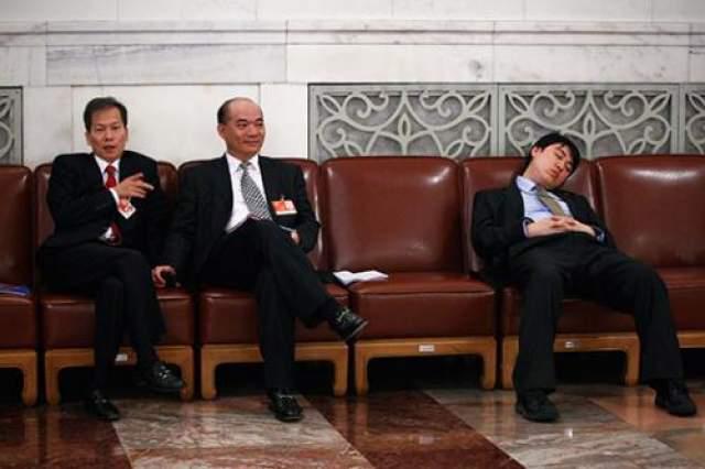 Самое уютное место для сна - залы парламентских сессий, что проходят в Пекине. То ли атмосфера располагает, то ли кресла слишком комфортные, но депутаты на этих сессиях засыпают как дети после долгой прогулки. Причем засыпают дисциплинировано - массово.