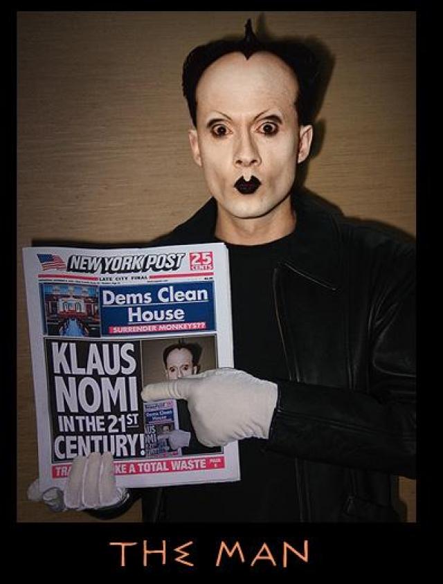 """Клаус Номи Одним из первых знаменитых людей, умерших от СПИДа, стал американский исполнитель-авангардист Клаус Номи, важная фигура """"андерграундного"""" Нью-Йорка, известный по работе с Дэвидом Боуи."""