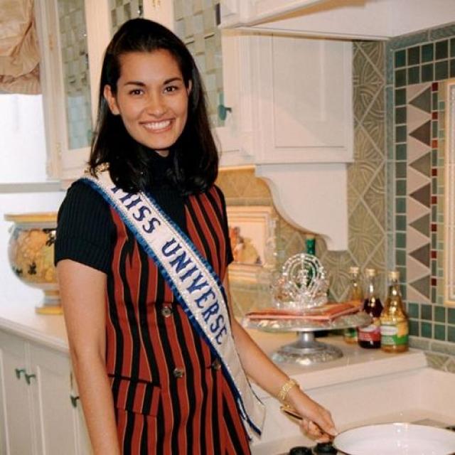 Брук Махеалани Ли, США. «Мисс Вселенная — 1997». 26 лет, рост 171 см, параметры фигуры 90−59,3−94.
