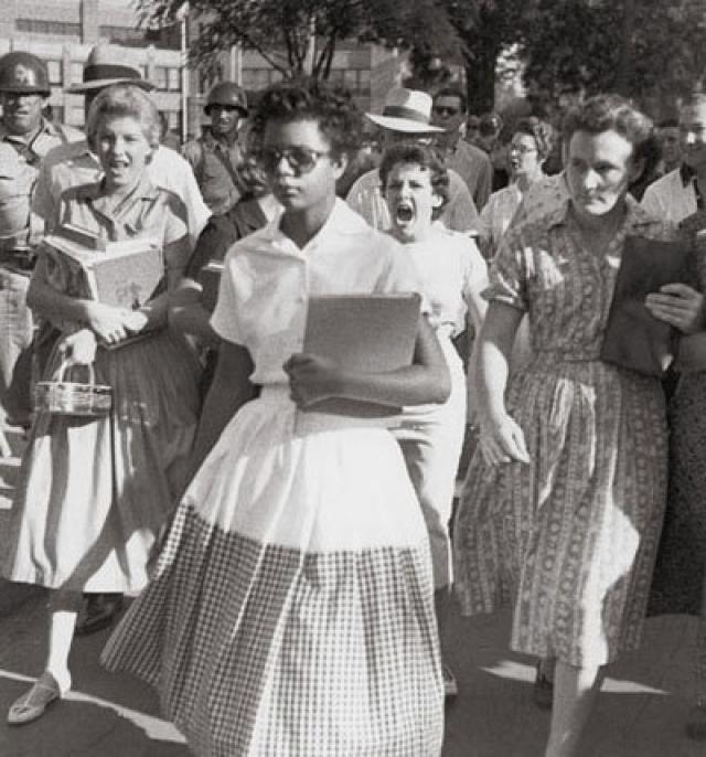 США. Первые чернокожие ученицы идут в новую школу совмещенного обучения белых и черных.