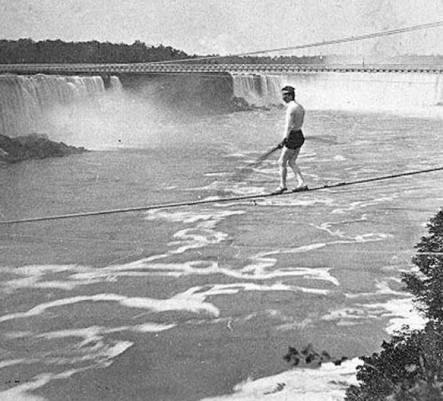 К 1887 году Пэр стал уже достаточно известным канатоходцем, чтобы начать выполнять собственные трюки. 22 июня 1887 он совершил свой первый и последний успешный переход. Три дня спустя его нашли мертвым на берегу. По всей видимости Пэр погиб, пытаясь пройти по канату ночью, приняв изрядную дозу спиртного.
