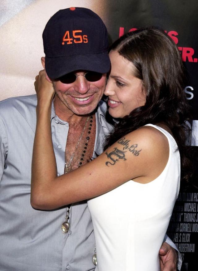 Но Питт был не первым, кого Анджелина увела у другой женщины. Так, в 1999 году разлучница увела Билли Боба Торнтона прямо у его невесты, актрисы Лоры Дерн. В то время Торнтон и Дерн не только были помолвлены, но уже полным ходом шла подготовка к свадьбе.
