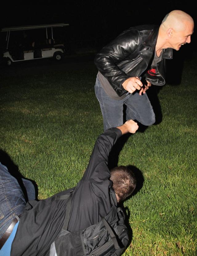 Но на вечеринку пришли не только близкие Ланы, но и несколько папарацци. Такое соседство Джеймсу не понравилось и он толкнул одного из фотографов на землю, несколько раз пнув ногой.
