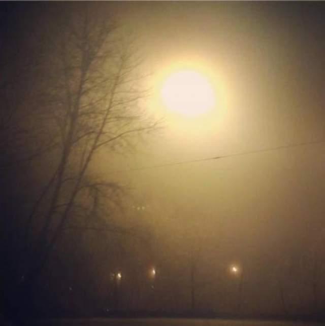 """На этом череда """"космических"""" приключений для челябинцев не закончилась: через несколько недель после падения метеорита, в ночь на 20 марта, в небе над городом завис огромный светящийся шар. Его наблюдали очень многие горожане, но точного объяснения, откуда вдруг возникло """"второе Солнце"""", да еще ночью, пока нет."""