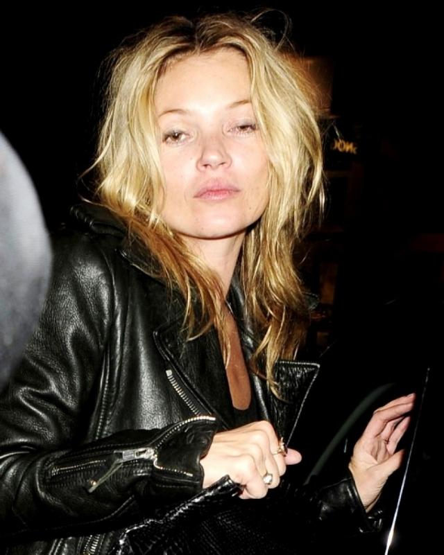 Кейт Мосс. Модель с юных лет обладает настоящим рок-н-ролльным нравом, неудивительно, что в прессе часто мелькают ее фото с сигаретой или спиртным.