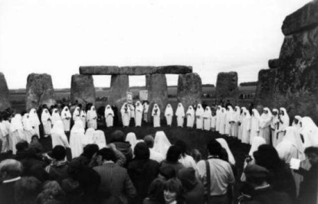"""Исчезновение хиппи возле Стоунхэджа В августе 1971 года группа """"Хиппи"""" решила отдохнуть с палатками возле Стоунхэджа. По словам свидетелей, фермера и полицейского, в два часа ночи над Солсберийской равниной разыгралась сильная гроза. Внезапно небо озарила яркая молния, через мгновение она ударила в камни Стоунхэджа, и все вокруг засияло ослепительным синим светом. В этот момент свидетелем услышали крики отдыхающих. Когда молний прошла, они бросились к камням. К их изумлению, там никого не оказалось. Люди исчезли."""