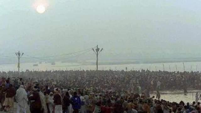 Давка на фестивале Кумух Мела в Индии Сильная давка произошла 3 февраля 1954 года на фестивале Кумбх Мела в штате Уттар-Прадеш в Индии. Чтобы увидеть процессию святых, толпа прорвала барьеры, что стало причиной давки. Погибли более 800 человек.