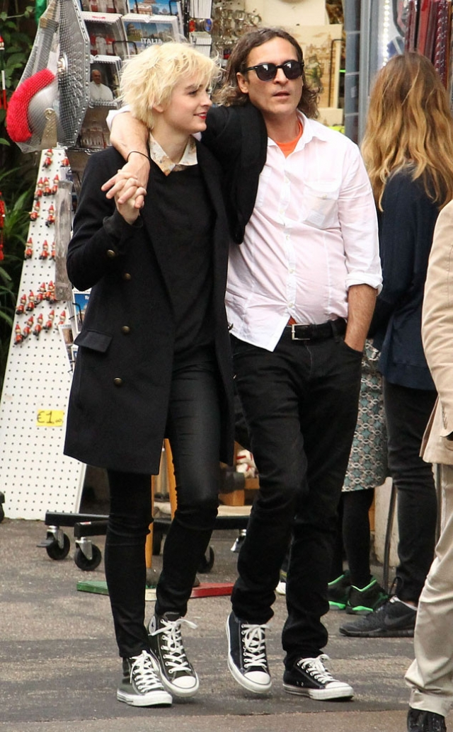 Хоакин Феникс. актер взбудоражил общественность, начав встречаться с 16-летней ученицей средней школы и ди-джеем Элли Тэйлс.