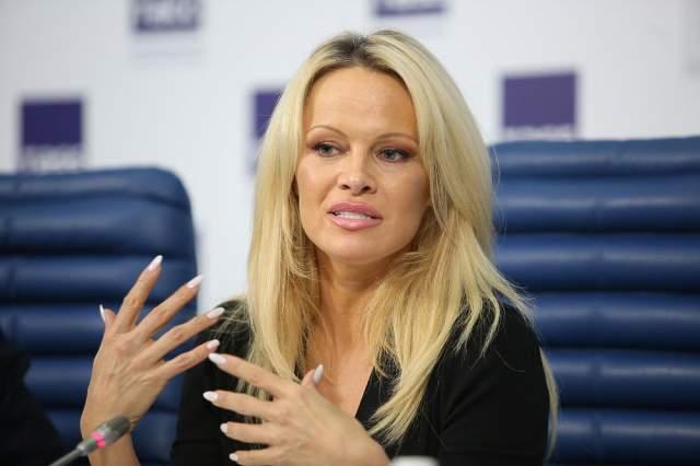 """А пока она лечилась, испытывала огромные проблемы: непроходящий грипп, выпадали волосы. """"Это очень похоже на симптомы после проведения химиотерапии, очень плохо"""", - жаловалась звезда в одном из интервью."""