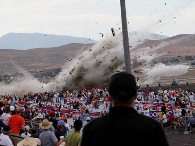 Авиашоу в Рино (17 сентября 2011 года). На авиашоу в американском городе штата Невада самолет времен Второй мировой войны, демонстрировавший фигуры высшего пилотажа, рухнул на трибуны со зрителями.