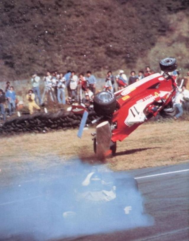 Пилота выбросило вместе с сиденьем, от машины остался только корпус, двигатели и колеса разлетелись по трассе. Жиль получил травмы, не совместимые с жизнью.