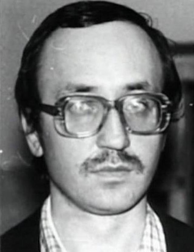 В 1980 году на него напали, сильно ударив по голове, после чего, по его словам, у него стали возникать сексуальные желания по отношению к детям. В 1982 году Кулик совершил первое изнасилование, два года спустя - первое убийство девятилетней девочки.