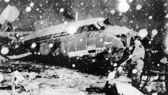 Но при взлете оказалось, что снег настолько сильно налип на взлетно-посадочную полосу, что лайнер не смог набрать нужную скорость, пробил ограждение аэропорта и врезался в соседний дом.