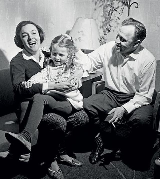 В 1957 году Алла ушла от мужа, а в 1959 вышла замуж за Ульянова, с которым вырастила дочь Елену и прожила более 50 лет.