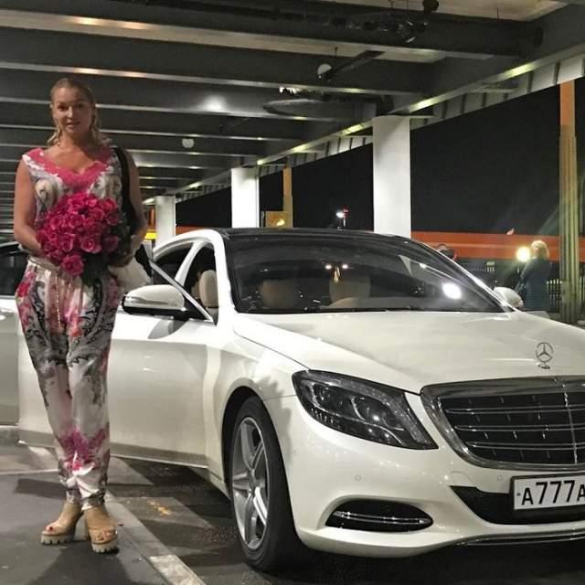 """Анастасия Волочкова, 43 года. На дареном """"Майбахе"""" звезда не спешит колесить по столице - пользуется услугами водителя. Да у нее даже прав нет."""