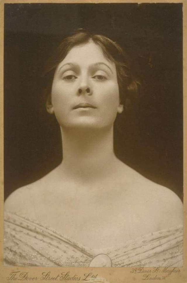 Айседора Дункан Знаменитая американская танцовщица-новатор, основоположник свободного танца, разработавшая танцевальную систему и пластику, которая связывала с древнегреческим танцем погибла в Ницце при весьма трагических и нелепых обстоятельствах.