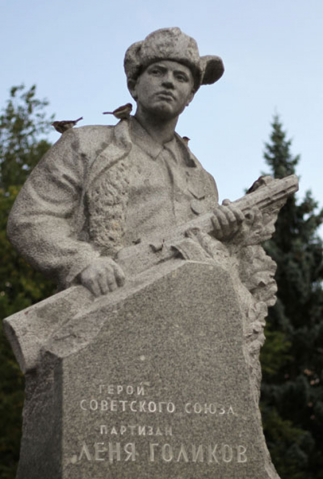 Леня принимал участие в подрыве 14 мостов, 9 автомашин противника. 13 августа 1942 года, будучи в разведке вместе с партизаном Сашей Петровым, он подорвал легковую машину, в которой находился немецкий генерал-майор Ричард фон Виртц, застрелил из автомата генерала, сопровождавшего его офицера и шофера.