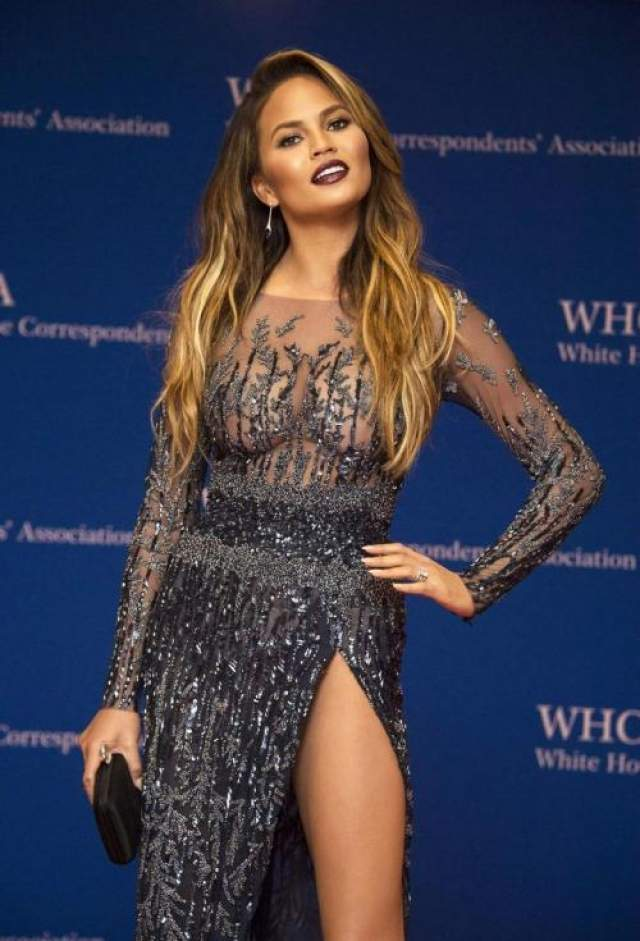 Модель Крисси Тейген (33), рекламирующая купальники и нижнее белье, появилась на приеме в Белом доме в платье Zuhair Murad с вырезом по самое не балуйся..