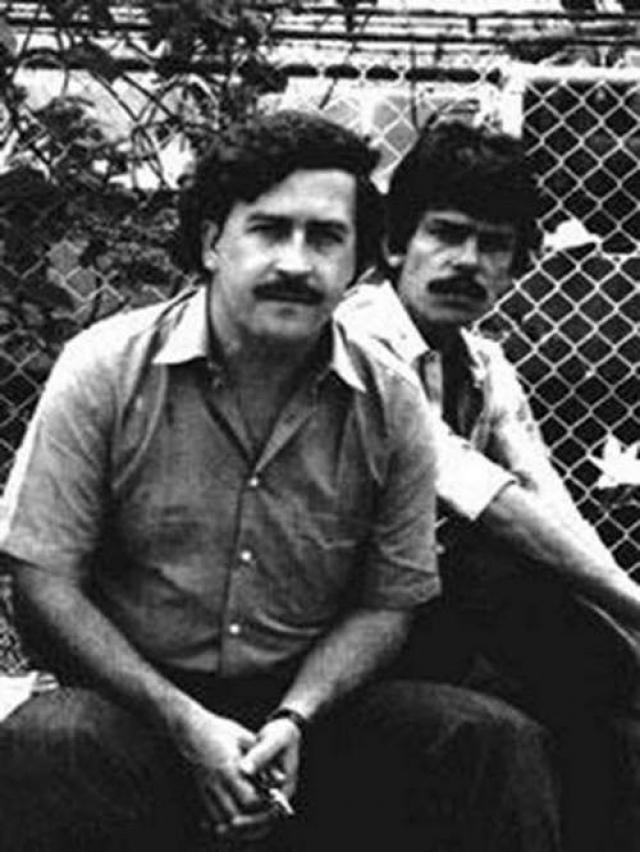 Тогда люди Эскобара похитили несколько богатейших людей Колумбии. Пабло Эскобар рассчитывал, что влиятельные родственники заложников окажут давление на правительство с тем, чтобы отменить соглашение об экстрадиции преступников. И в конечном итоге план Эскобара удался. Правительство отменило экстрадицию Эскобара.