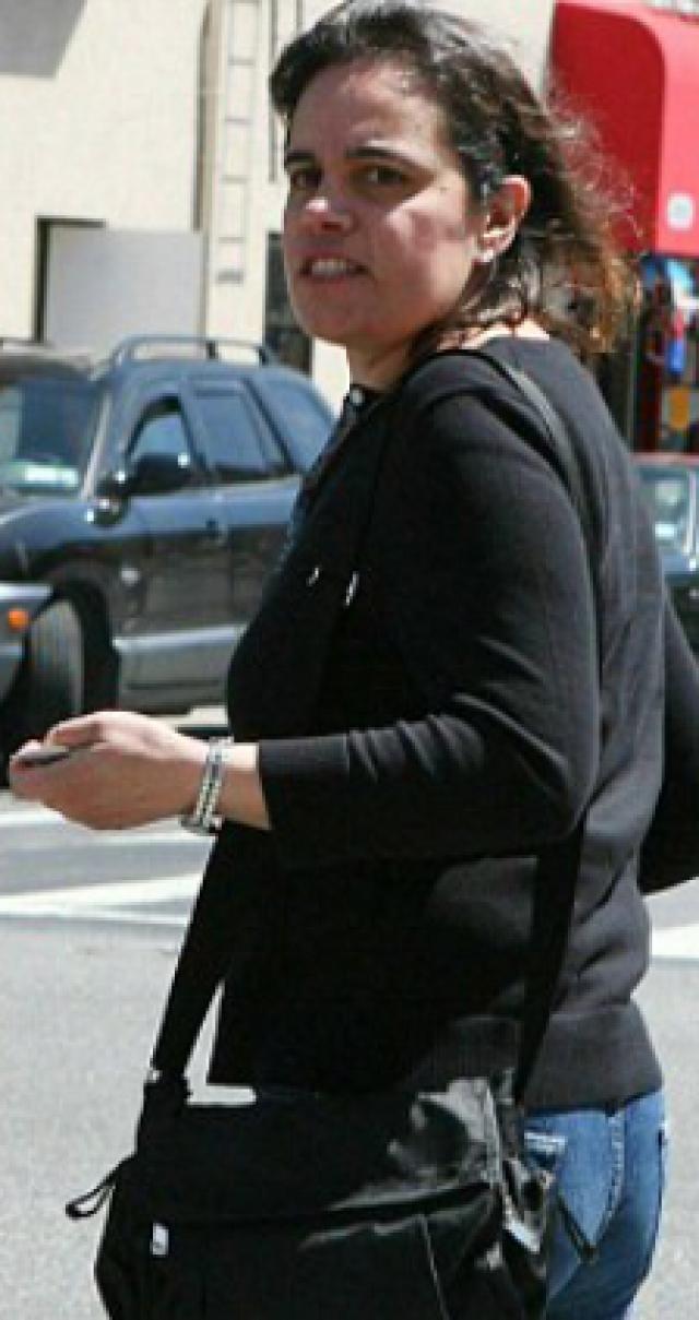 В марте 2006 года суд приговорил Кэмпбелл к общественным работам за то, что она ударила по голове другую горничную - Анну Сколавино мобильным телефоном.