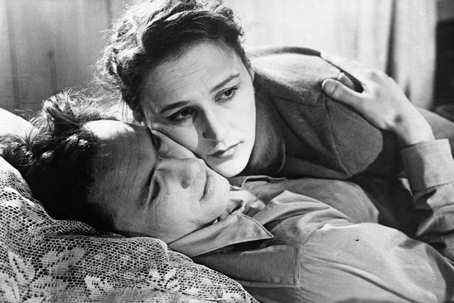 Будучи в браке с Тихоновым Мордюкова встретила человека, в которого безумно влюбилась. Им был актер и писатель Василий Шукшин. Но это чувство так и не получило развития.