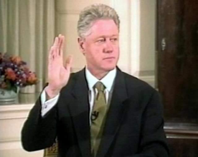 Уже после того, как любовная связь стала достоянием публики и общественность была проинформирована о мельчайших подробностях интимных встреч стажерки Левински с президентом США, выяснилось, что она с необычайным хладнокровием документировала свои отношения с Клинтоном.