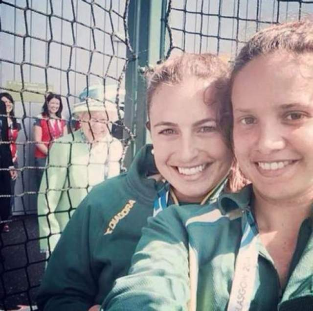 Елизавета ll, прибывшая посмотреть матч по хоккею на траве, случайно появилась на заднем плане снимка спортсменок из Австралии Джейд Тейлор и Брук Перис. Поняв, что попала в кадр, королева не попыталась отойти, а, напротив, стала улыбаться в камеру смартфона, чем вызвала восторг девушек.
