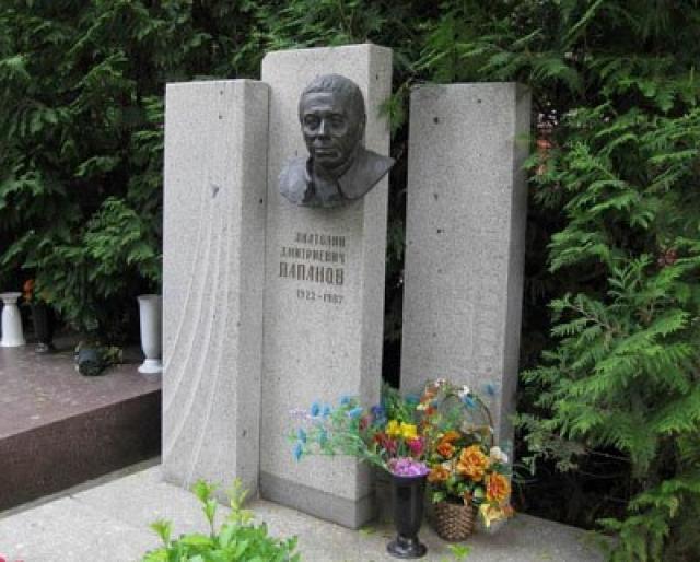 Ушел из жизни 5 августа 1987 года на 65-м году жизни, в своей квартире от сердечного приступа, принимая холодный душ (в это время в доме была отключена горячая вода). Анатолий Дмитриевич похоронен в Москве на Новодевичьем кладбище (участок № 10).