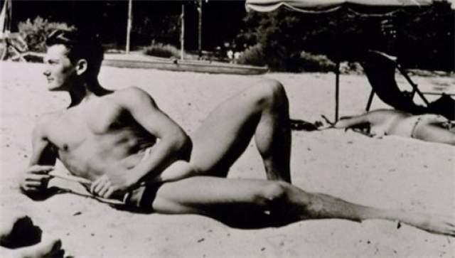 Между тем кумир не осчастливил за всю жизнь ни одной барышни, так как был принципиальным геем. Причем однолюбом: десятки лет состоял в связи с известным драматургом Жаном Кокто.