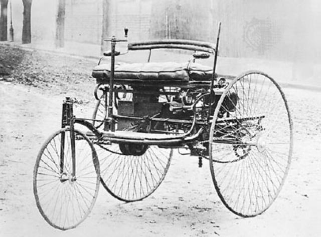 Первый автомобиль Бенца, сделанный в 1885 году, представлял собой трехколесный двухместный экипаж весом 250 кг на высоких колесах со спицами.
