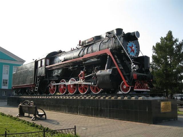Шедший на большой скорости грузопассажирский поезд столкнулся с лошадью, что повлекло сход поезда с рельсов и разрушение части вагонов. Всего в крушении погибли 109 человек. Это крушение оставалось самым тяжелым в истории советского железнодорожного транспорта до катастрофы под Уфой в 1989 году. (На фото - мемориал)