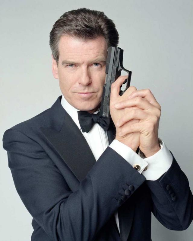 Пирс Броснан. Когда отец будущего агента 007 бросил мать, она решила пойти в медицинскую школу и получить квалификацию, которая поможет ей ухаживать за маленьким сыном. Однако, вскоре Броснан был предоставлен различным друзьям семьи.