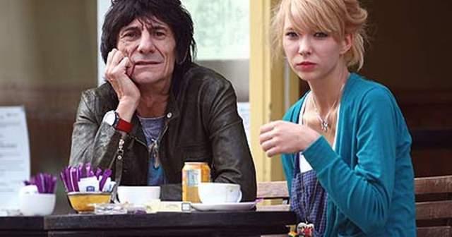 Семейный союз продлился до 2008, 23 года, когда Ронни променял жену на 18-летнюю официантку русского происхождения Катю Иванову. Впрочем, их страстный роман долго не продлился.