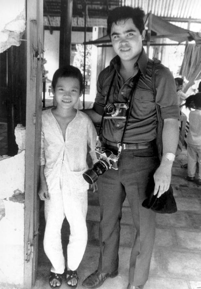 """После этого журналист доставил пострадавших детей в госпиталь Кути. За свою фотографию Ут получил Пулитцеровскую премию. Снимок """"Напалм во Вьетнаме"""" (Vietnam Napalm) стал одной из двух самых известных фотографий Вьетнамской войны."""