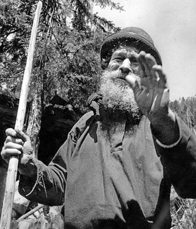 Остановились неподалеку от берега горного притока реки Еринат, построили избу из дерева. Охотились, ловили рыбу, собирали в лесу грибы и орехи,, посадили огород. Огонь добывали кремнем и кресалом, одежду шили из конопли на самодельном станке.